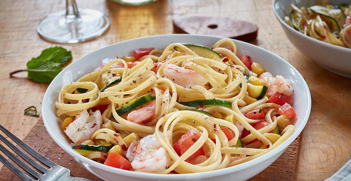 Linguine aux crevettes avec courgette, maïs, tomates et menthe